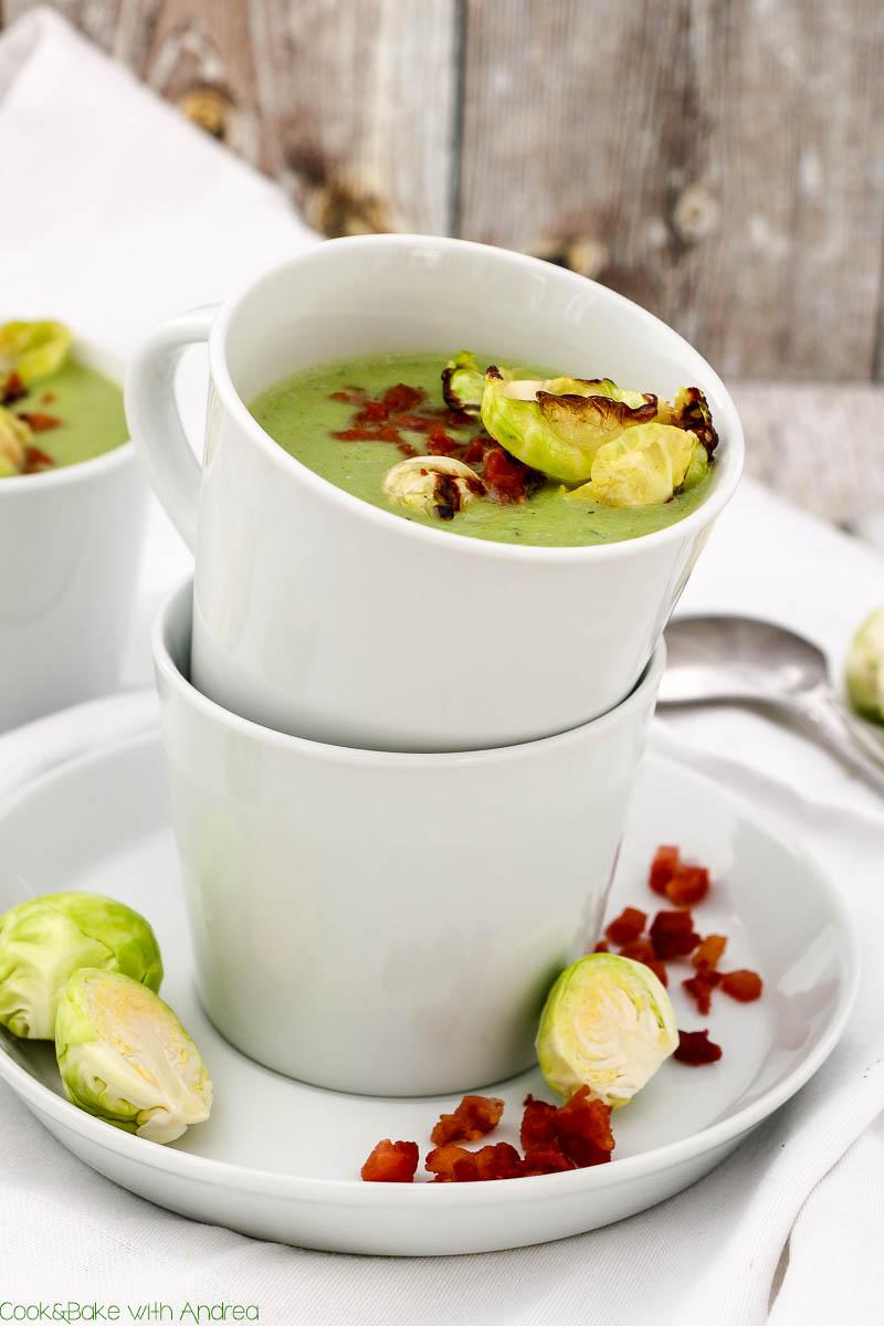 An kalten Tagen ist eine Suppe genau das Richtige! Deswegen habe ich mich an einer sämigen Rosenkohlsuppe mit krossen Speckwürfeln versucht. Das winterliche Rezept findet ihr bei Cook and Bake with Andrea.