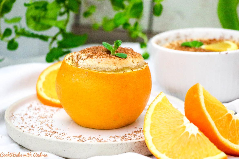 Am Valentinstag könnt ihr euren Partner am besten mit diesen Schokosoufflés mit Orangen bezaubern! Ein perfektes Dessert um zu verführen. Das leckere Rezept findet ihr auf dem Foodblog von Cook and Bake with Andrea. #souffle #valentinstag #orange #schokolade #dessert
