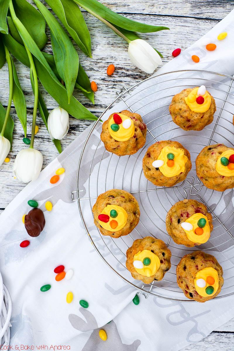 Ein Klassiker zu Ostern ist ein Eierlikör-Gugelhupf, aber ich habe daraus etwas Neues, Frisches gezaubert: Mini-Gugelhupf mit Eierlikör, Himbeeren und Schokolade. Das einfache und mega schnelle Rezept findet ihr bei Cook and Bake with Andrea. #ostern #gugelhupf #eierlikör