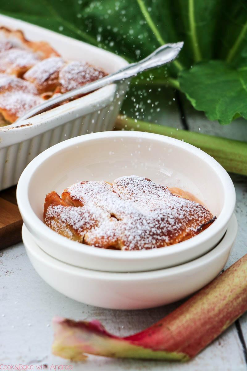 Die Rhabarber-Saison hat begonnen und da muss ein passendes Rezept her. Zum Beispiel dieser süß-saure Rhabarber-Auflauf mit Brandteig-Topping; das frühlingshafte Rezept findet ihr bei Cook and Bake with Andrea.