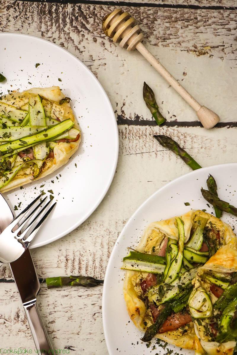 Diese kleinen Spargeltartelettes sind das perfekte frühlingshafte Finger-Food, das in wenigen Minuten zubereitet ist! Das schnelle und einfache Rezept findet ihr auf dem Foodblog von Cook and Bake with Andrea.