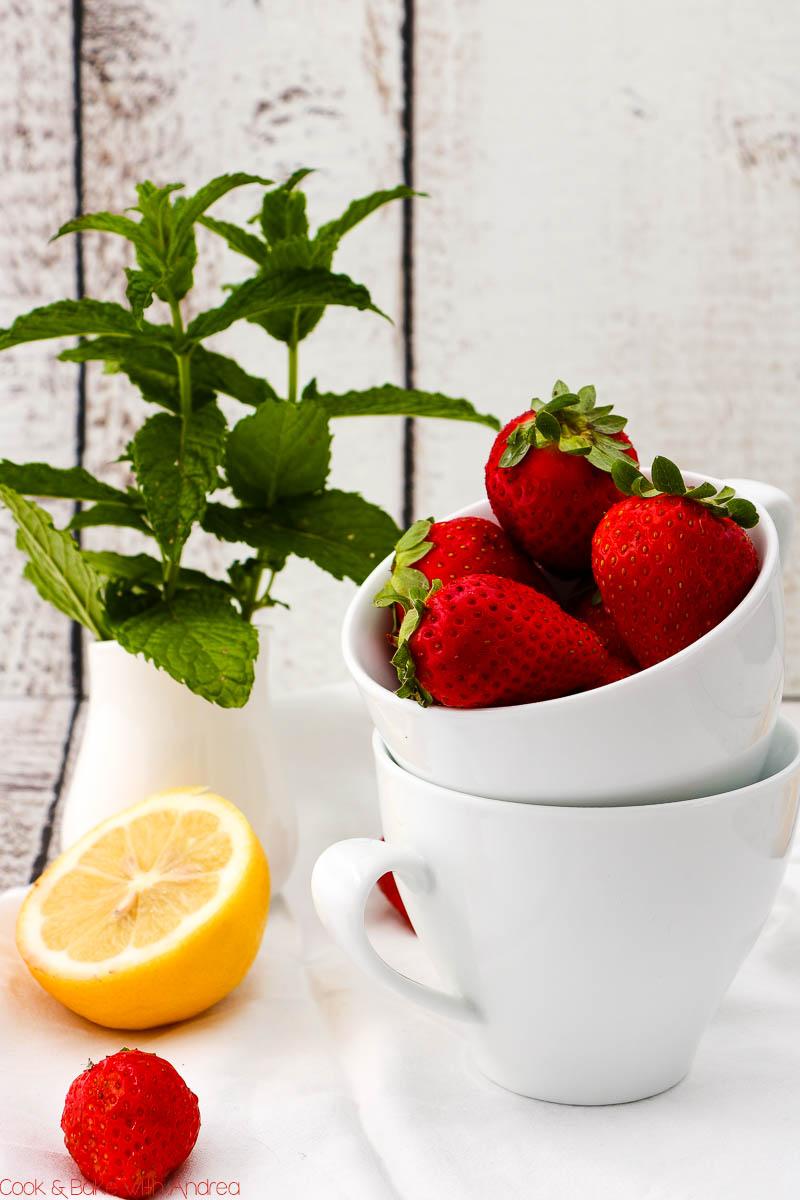 Bei mir haben die ersten deutschen Erdbeeren Einzug gefunden und ich habe daraus diese leckere Mascarpone-Mousse mit Erdbeeren gezaubert. Das Rezept ist wunderbar schnell, gelingsicher und zu finden bei Cook and Bake with Andrea.