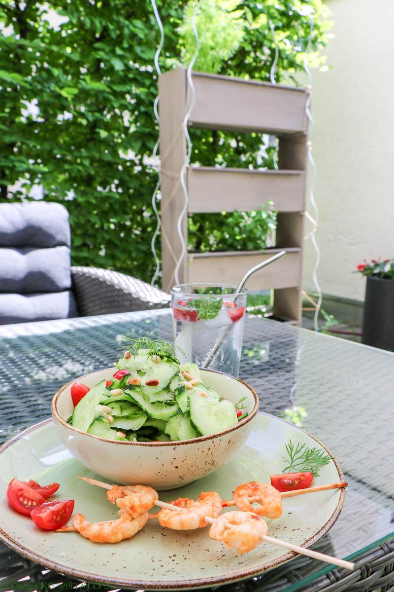 """Heute gibt es einen etwas anderen Beitrag von mir! Neben einem leckeren Rezept für einen knackigen Gurken-Dill-Salat möchte ich euch auch noch meinen neuen Garten inklusive ein paar Tipps zu """"Urban Gardening"""" zeigen. Das alles findet ihr auf dem Blog von Cook and Bake with Andrea."""