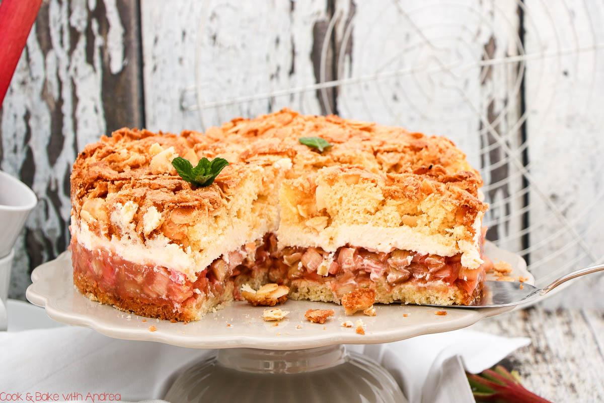 Eine fruchtige frühlingshafte Torte, die nicht nur zum Muttertag eine tolle Idee ist! Dieses gelingsichere Rezept versüßt euch jeden Sonntagnachmittag: eine Rhabarber-Marzipan-Torte mit Sahne!