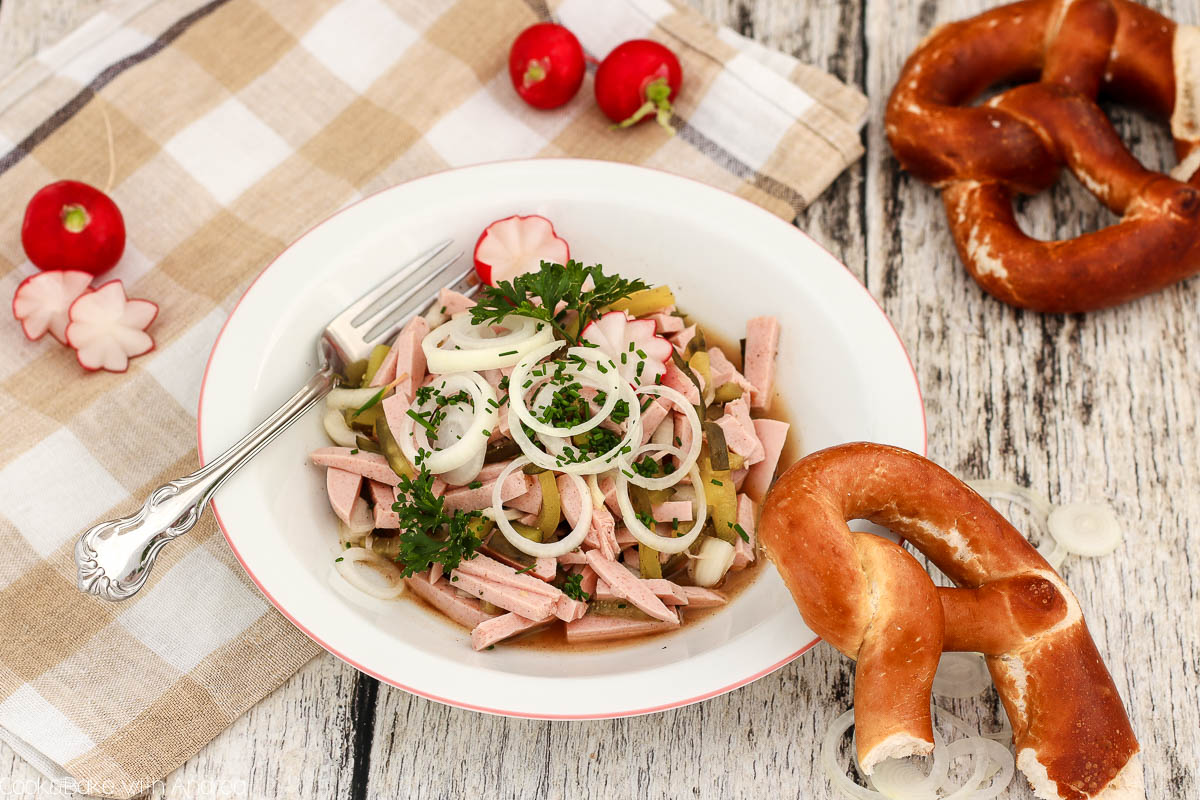 Das Oktoberfest aka die Wiesn steht wieder bevor und deswegen möchte ich euch heute einen Klassiker meiner heimischen Küchen zeigen: ein leckeres Rezept für einen bayerischen Wurstsalat. Das Rezept gibt es bei Cook and Bake with Andrea.