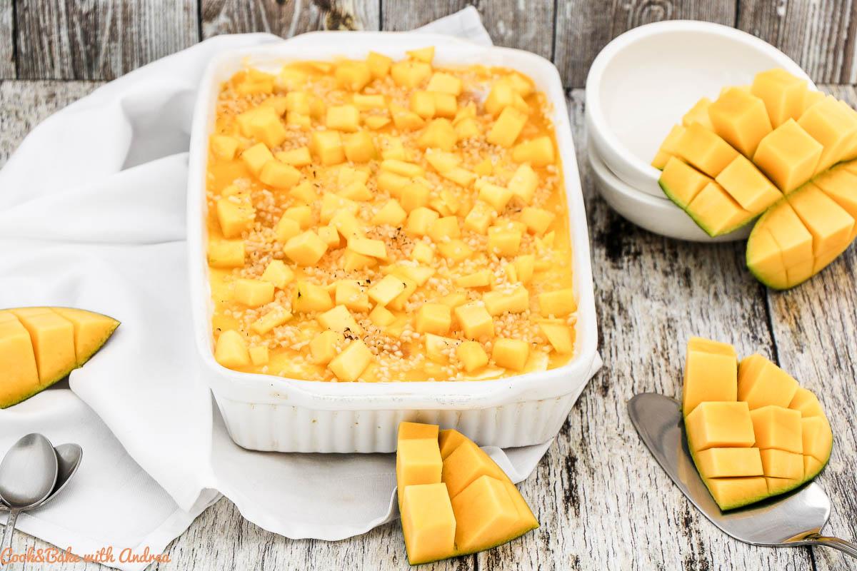 Die heißen Sommertage neigen sich dem Ende zu und es ist nunmehr angenehm warm. Solange wir noch in Sommerstimmung sind, gehen auch noch saisonale Rezepte wie dieses Mango-Tiramisu mit Zitrone.