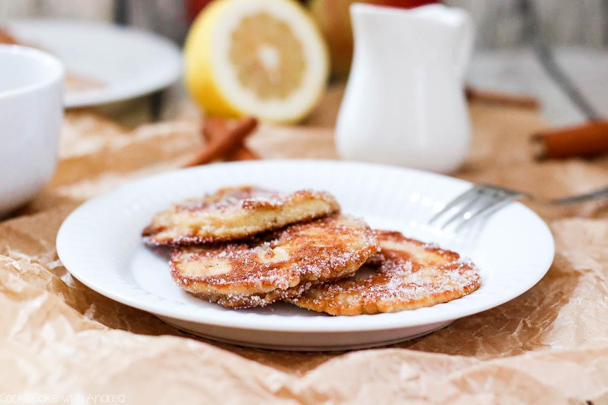 Der Herbst ist da und mit ihm Äpfel und Birnen. Aus den ersten reifen Äpfeln aus unserem Garten habe ich diese saftigen Apfelküchlein mit selbstgemachter Vanillesoße gemacht, ein Traum sag ich euch! Das leckere Rezept gibt´s bei Cook and Bake with Andrea.
