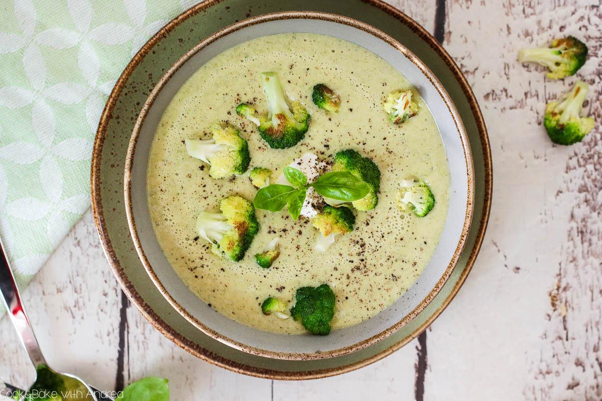 An kalten Tagen, an denen es schnell gehen soll, sind Suppenrezepte genau das Richtige. Meine Brokkolisuppe passt da perfekt und ist wirklich super leicht gemacht. Das Rezept gibt es auf dem Blog von Cook and Bake with Andrea.