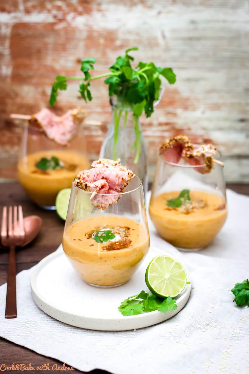 Heute geht es ab in den Orient mit dieser lauwarmen Kichererbsensuppe mit Joghurt und Schweinefilet im Sesammantel. Ein Traum aus 1001 Nacht auf dem Blog von Cook and Bake with Andrea.