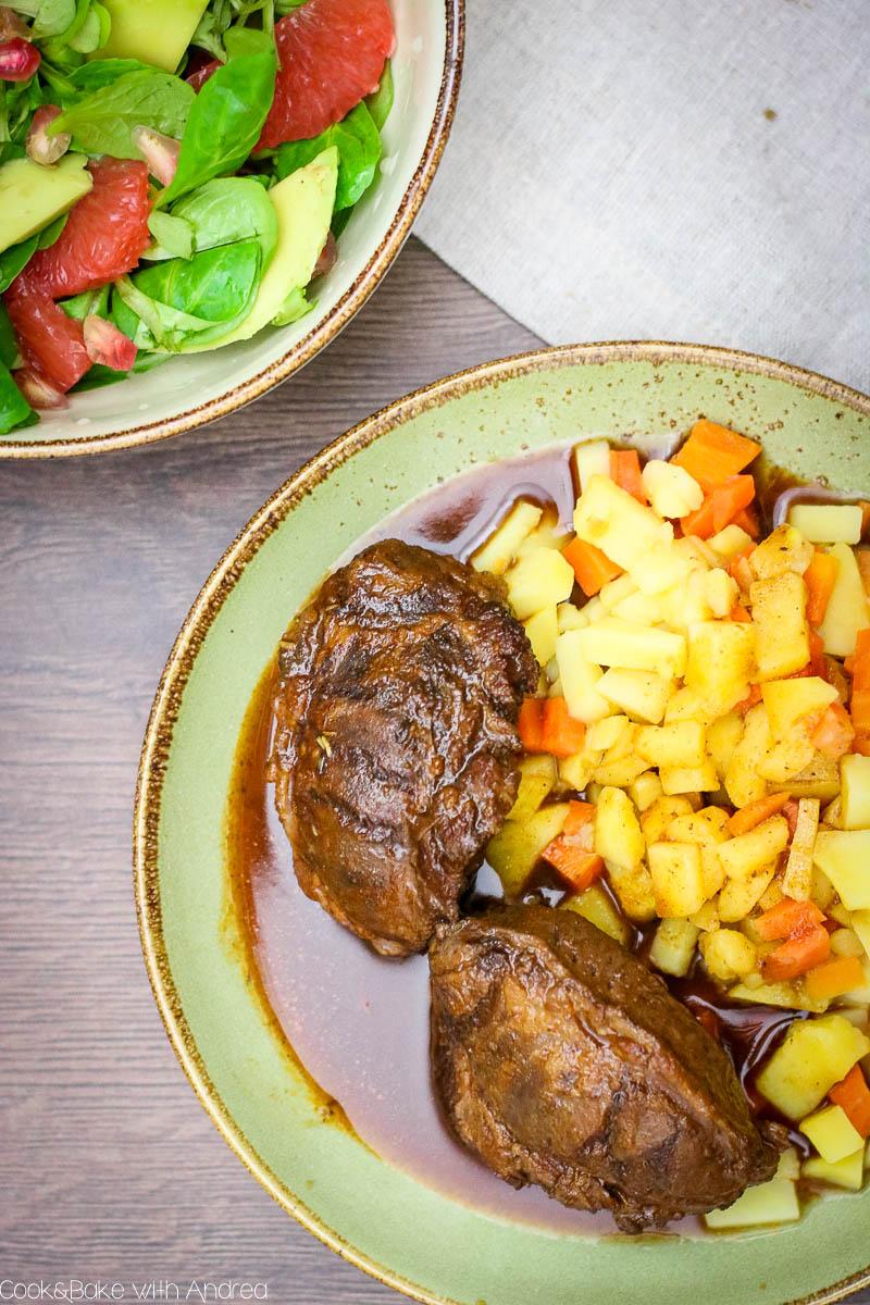Die kalte Jahreszeit schreit geradezu nach einem Wohlfühlgericht und was passt dazu besser als zart geschmorte Schweinebäckchen mit Malzbiersoße und Powersalat? Das Winterrezept gibt´s bei Cook and Bake with Andrea.