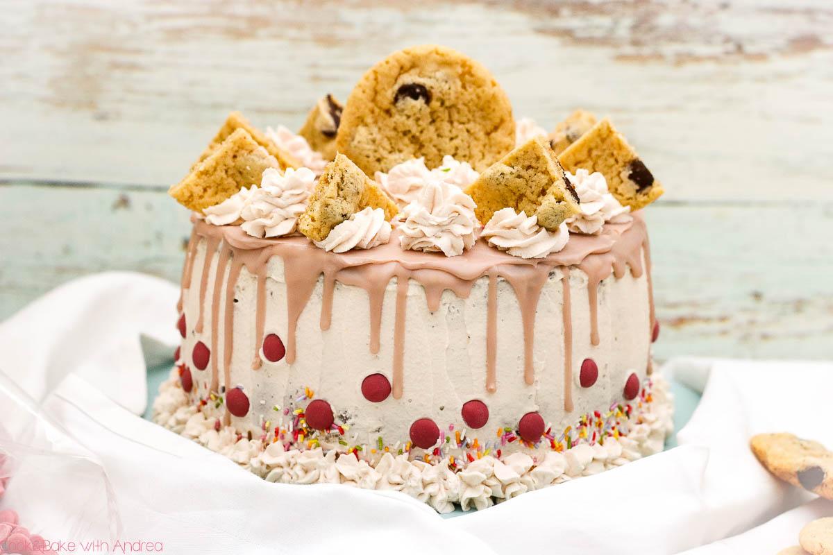 Für meinen Geburtstag wollte ich mal richtig auftrumpfen und eine Highlight-Torte backen. Deswegen habe ich mich für einen bunten Cookie-Dough-Cake entschieden, in dem nicht nur auf, sondern auch im Kuchen Kekse versteckt sind. Aber nicht nur im Teig versteckt sich eine Überraschung, sondern auch ein Gewinnspiel am Ende des Beitrags von Cook and Bake with Andrea.