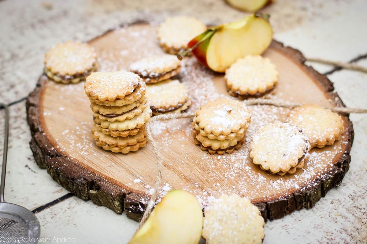 Nuss-Nougat geht immer oder? Vor allem als Füllung in diesen leckeren Nuss-Nougat-Plätzchen! Und das Beste? Am Ende des Beitrags könnt ihr etwas Tolles gewinnen! Rezept und Adventskalender-Gewinnspiel findet ihr bei Cook and Bake with Andrea.