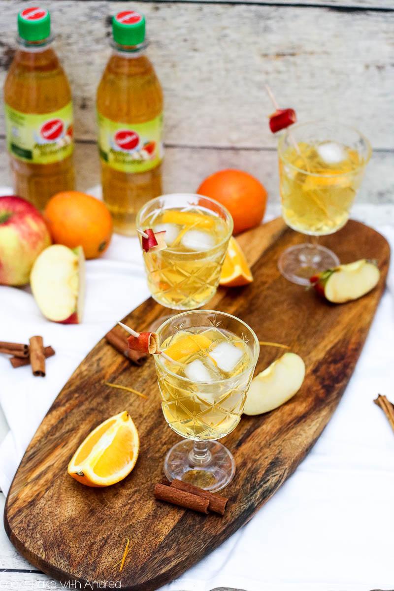 Ihr sucht nach einem perfekten Drink für Weihnachten und Silvester? Dann seid ihr bei meinem Apfel-Zimt-Cocktail mit Sinalco fündig geworden. Das winterliche Rezept gibt es bei Cook and Bake with Andrea.