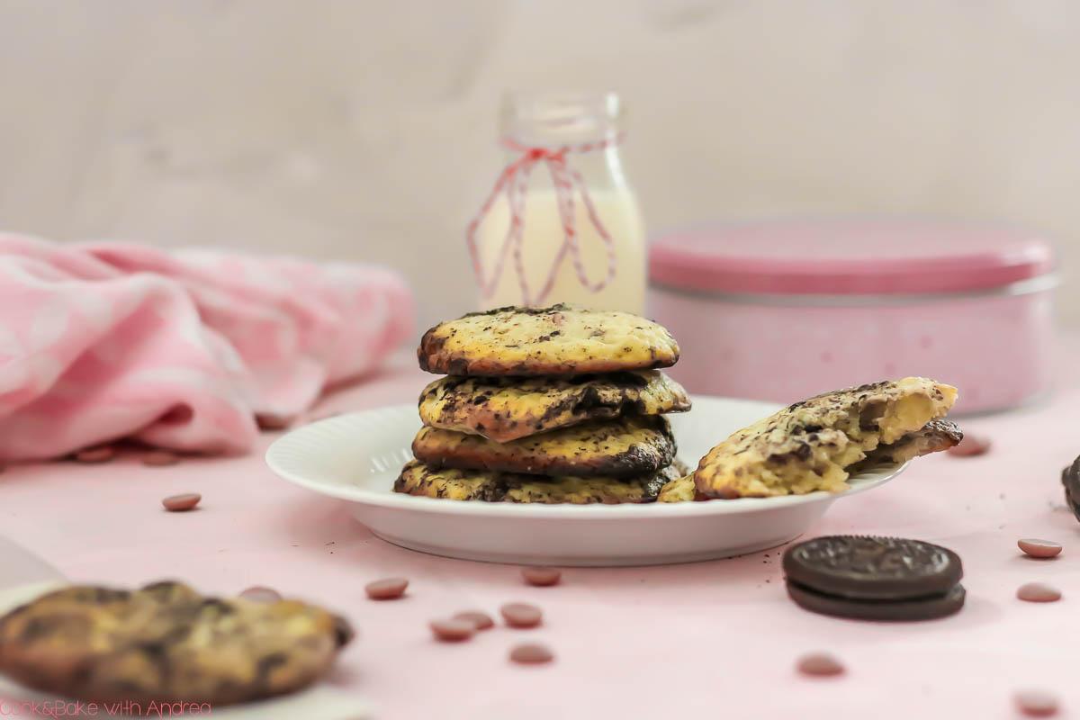 Wer hat als Kind gerne vom Teig genascht, wenn Mama gebacken hat? Ich mag das heute noch, deswegen habe ich ein Rezept für Keksteig, den ihr entweder roh naschen könnt oder leckere Kekse daraus backen könnt. Das Rezept findet ihr auf dem Blog von Cook and Bake with Andrea.