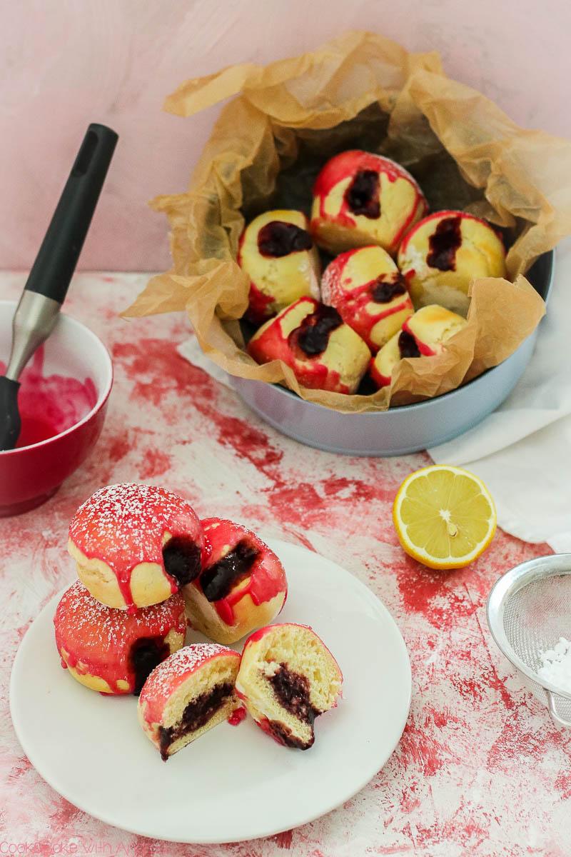 Egal ob zum Valentinstag oder Fasching: meine Krapfen aus dem Ofen sind perfekt für jede Gelegenheit. Lasst euch die Berliner/Pfannkuchen schmecken! Das mega einfache Rezept gibt es auf dem Blog von Cook and Bake with Andrea.