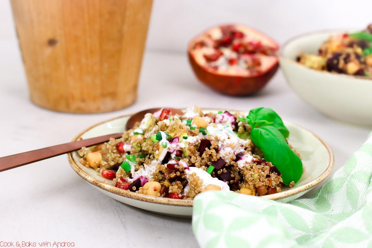 Heute entführe ich euch auf einem fliegenden Teppich in den Orient! Denn es gibt einen orientalischen Quinoasalat mit Roter Bete. Fliegst du mit? Dann landen wir gemeinsam auf dem Blog von Cook and Bake with Andrea.