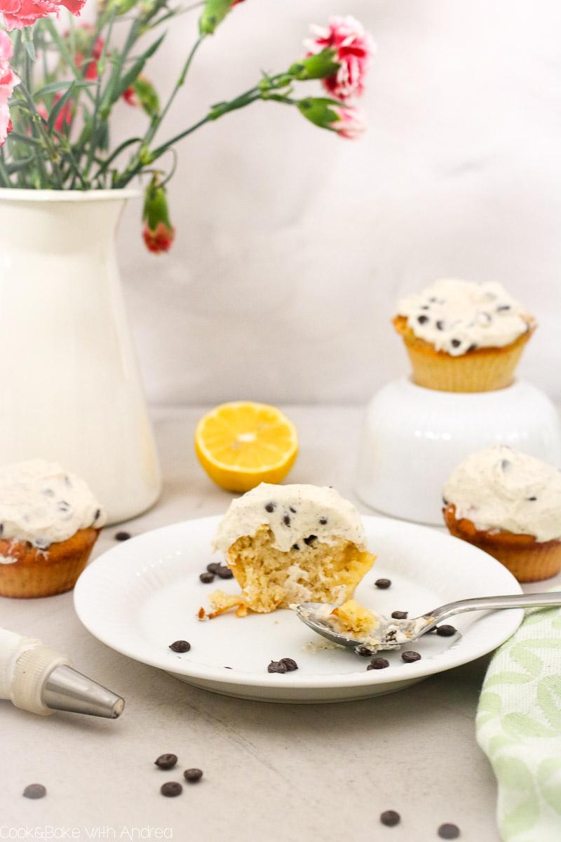 Ach Muffins und Cupcakes sind einfach was Schönes: Schnell zubereitet und (leider) noch schneller verputzt. Mein Rezept für Zitronen-Cupcakes mit Schokochip-Frosting ist genau der richtige Happen für zwischendurch und durch das Zitronenaroma wunderbar leicht und fruchtig. Das zitronige Rezept gibt es auf dem Blog von Cook and Bake with Andrea.
