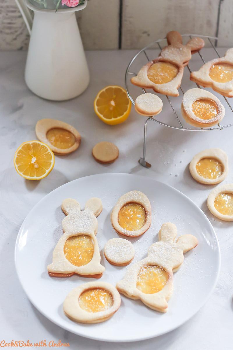 Plätzchen gibt´s nur zu Weihnachten? Nö, das wäre ja nur ein paar Wochen im Jahr. Das kann so nicht sein! Deswegen habe ich heute ein Rezept für Osterplätzchen mit (selbstgemachtem) Lemon Curd für euch. Seid ihr dabei? Das kinderleichte Rezept findet ihr auf dem Blog von Cook and Bake with Andrea.