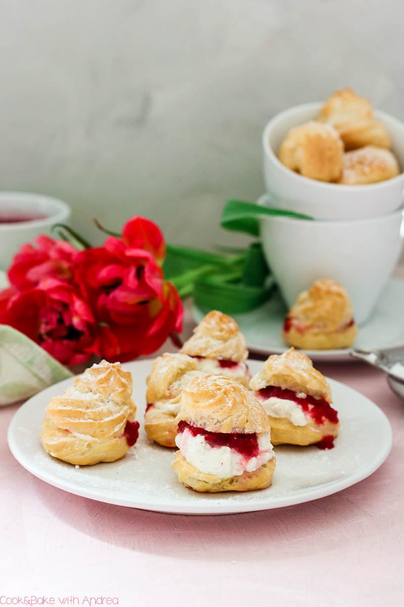Die Rhabarbersaison ist schneller vorbei als man meint, deswegen nutzt sie! Zum Beispiel könnt ihr mit diesem Rezept für süße Windbeutel mit Sahne und Rhabarberkompott das beste aus den rosa-grünen Stangen rausholen. Mehr Rhabarberrezepte gibt es auf dem Blog von Cook and Bake with Andrea.