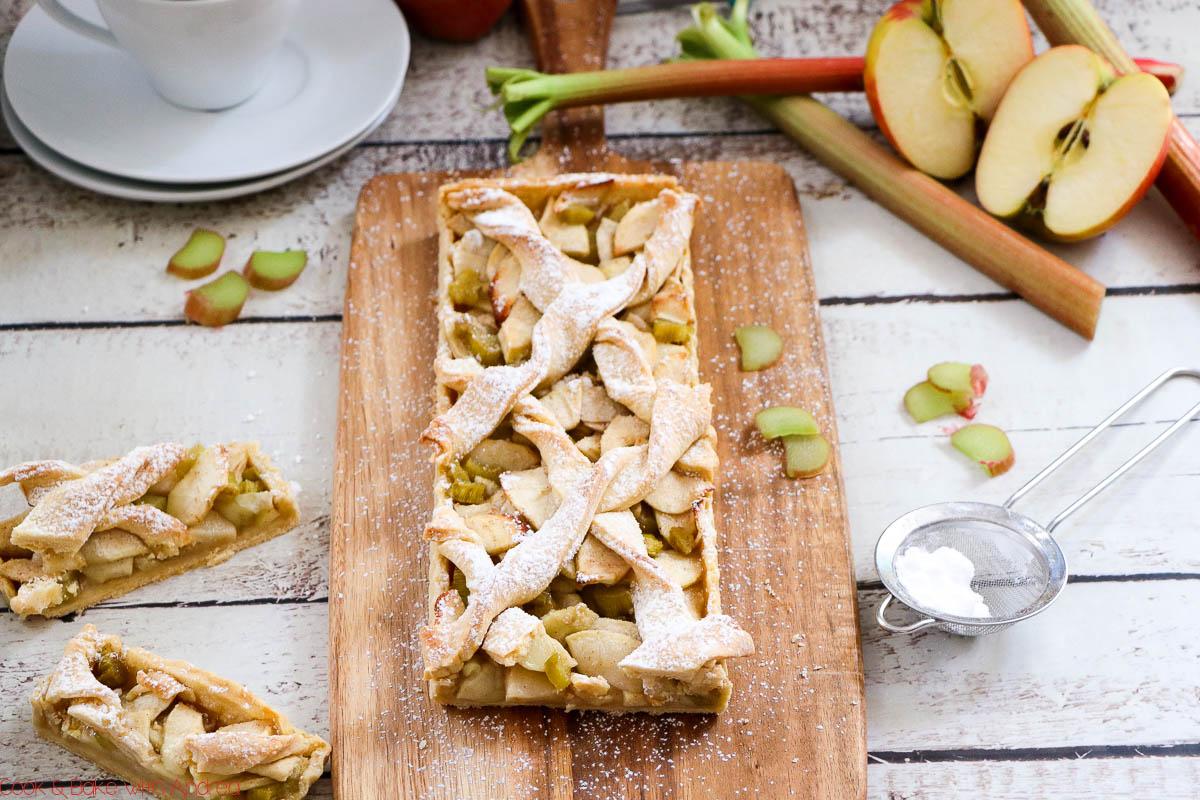Rhabarber kündigt den Frühlingsbeginn an. Deswegen braucht es viele tolle Rezeptideen wie diesen Apfel-Rhabarber-Pie, damit ich in Frühlingsstimmung komme. Geht´s euch genau so? Dann schaut am besten auf den Blog von Cook and Bake with Andrea für mehr Inspiration.