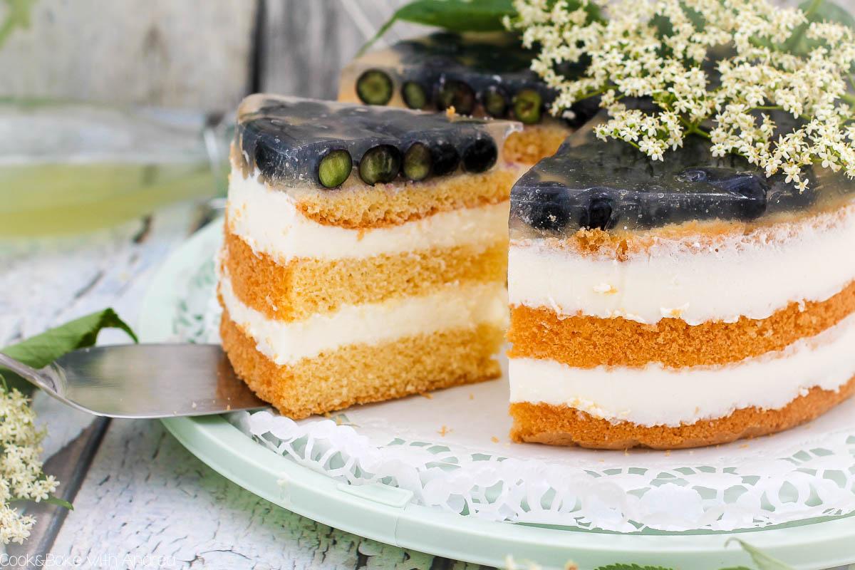 """Mit selbstgemachtem Holunderblütensirup lässt sich so Vieles zaubern. Nicht nur der Klassiker """"Hugo"""", sondern zum Beispiel auch diese leichte Blaubeer-Joghurt-Torte mit Holunder. Das sommerliche Kuchenrezept findet ihr bei Cook and Bake with Andrea."""