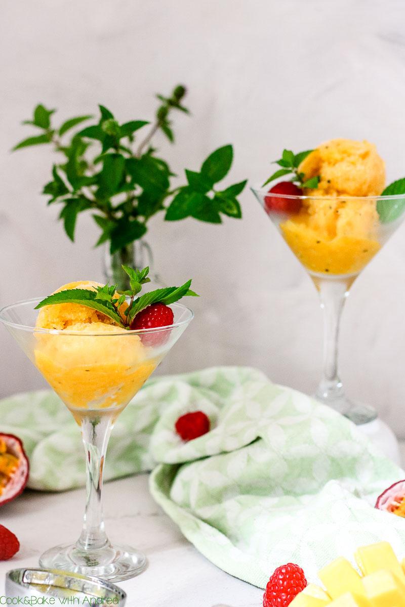 36 Grad und es wird noch heißer... Im Sommer braucht es eine passende Abkühlung! Wie wär´s dann mit einem super einfachen und erfrischenden Mango-Passionsfrucht-Sorbet? Das Ruck-Zuck Rezept gibt es auf dem Blog von Cook and Bake with Andrea.
