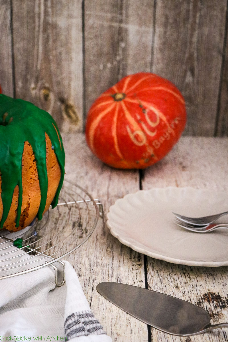 Der Herbst ist da, der Sommer vorbei. Aber auch jetzt könnt ihr kulinarische Köstlichkeiten mit Gemüse und Obst der Saison zaubern. Zum Beispiel diesen saftigen Kürbis-Gugelhupf, denn Kürbis muss nicht immer herzhaft sein! Das Rezept gibt´s bei Cook and Bake with Andrea.