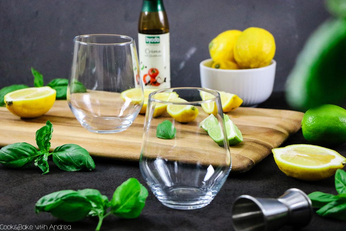 Balsamico im Salat kennt jeder, aber habt ihr damit schon mal experimentiert? Ich schon und habe mit leckerer Balsamicocreme von Byodo* einen gruseligen Gin Basil Smash gezaubert! Das simple Rezept gibt´s bei Cook and Bake with Andrea.