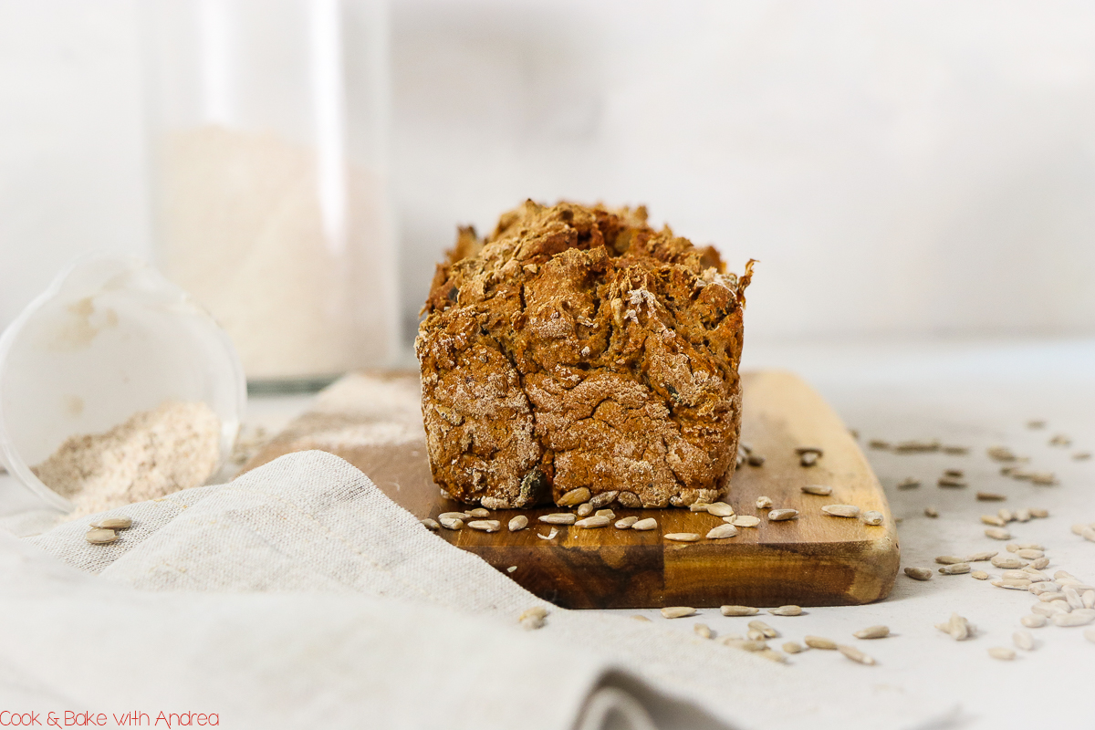 Ihr wollt selbstgemachtes Brot in 5 Minuten vorbereiten? Mit diesem Rezept bekommt ihr Brot wie vom Bäcker ohne Gehen in minutenschnelle zu Hause hin. Das Rezept gibt´s bei Cook and Bake with Andrea.