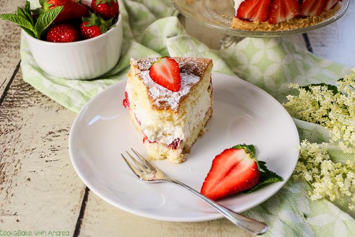 Erdbeeren + Biskuit + Mascarpone = ein absolutes Dreamteam! Erweitert habe ich dieses perfekte Trio bei meiner Torte mit Erdbeeren noch mit etwas selbstgemachtem Holunderblütensirup. Das Rezept gibt´s bei Cook and Bake with Andrea.