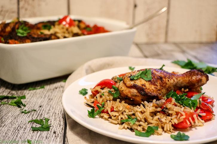 Wenn´s am Abend nach der Arbeit schnell gehen muss, ist dieser Reis mit Paprika-Hühnchen aus dem Ofen genau das Richtige. Kurz anbraten, ab in den Ofen und genießen. Das schnelle Rezept gibt´s bei Cook and Bake with Andrea.