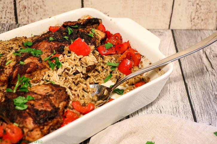 Wenn´s am Abend nach der Arbeit schnell gehen muss, ist dieses Reisfleisch mit Paprika-Hühnchen aus dem Ofen genau das Richtige. Kurz anbraten, ab in den Ofen und genießen. Das schnelle Rezept gibt´s bei Cook and Bake with Andrea.
