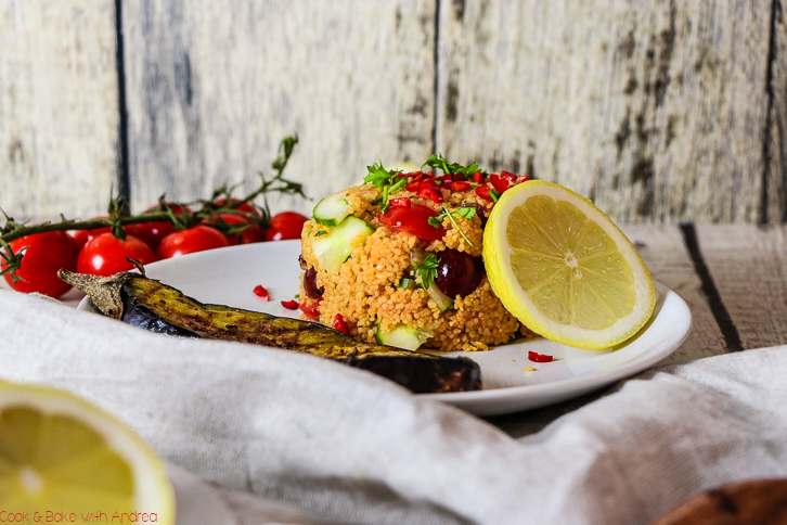 Wenn´s am Abend nach der Arbeit schnell gehen muss, ist dieser Ofenreis mit Paprika-Hühnchen genau das Richtige. Kurz anbraten, ab in den Ofen und genießen. Das schnelle Rezept gibt´s bei Cook and Bake with Andrea.