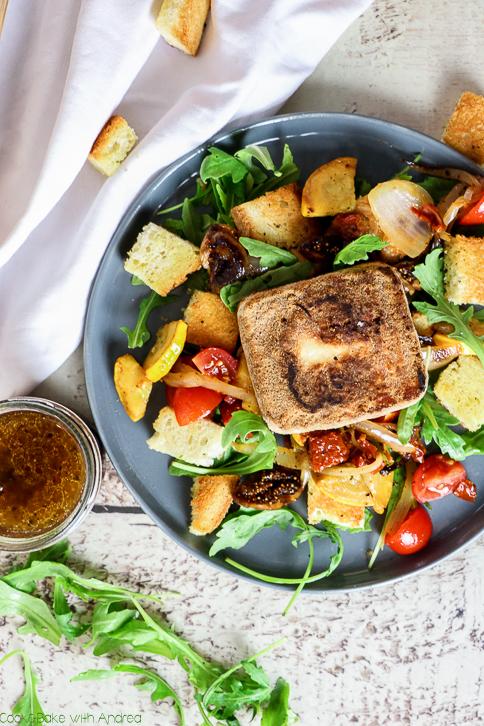 Die Grillsaison ist im vollen Gange, aber es muss ja nicht immer Fleisch sein! Mein mediterraner Brotsalat mit Grillkäse ist die perfekte Beilage, nicht nur für Vegetarier! Das einfache Rezept für die perfekte Grillbeilage findet ihr bei Cook and Bake with Andrea.