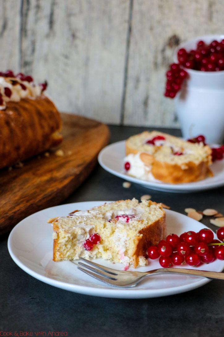 Der Sommer ist endlich da, da braucht es einen passenden Kuchen: meine Mandel-Biskuitrolle mit Johannisbeer-Joghurt-Füllung ist da genau richtig! Die Füllung ist so unfassbar erfrischend und lecker und der Teig wunderbar fluffig. Das Rezept gibt es bei Cook and Bake with Andrea.