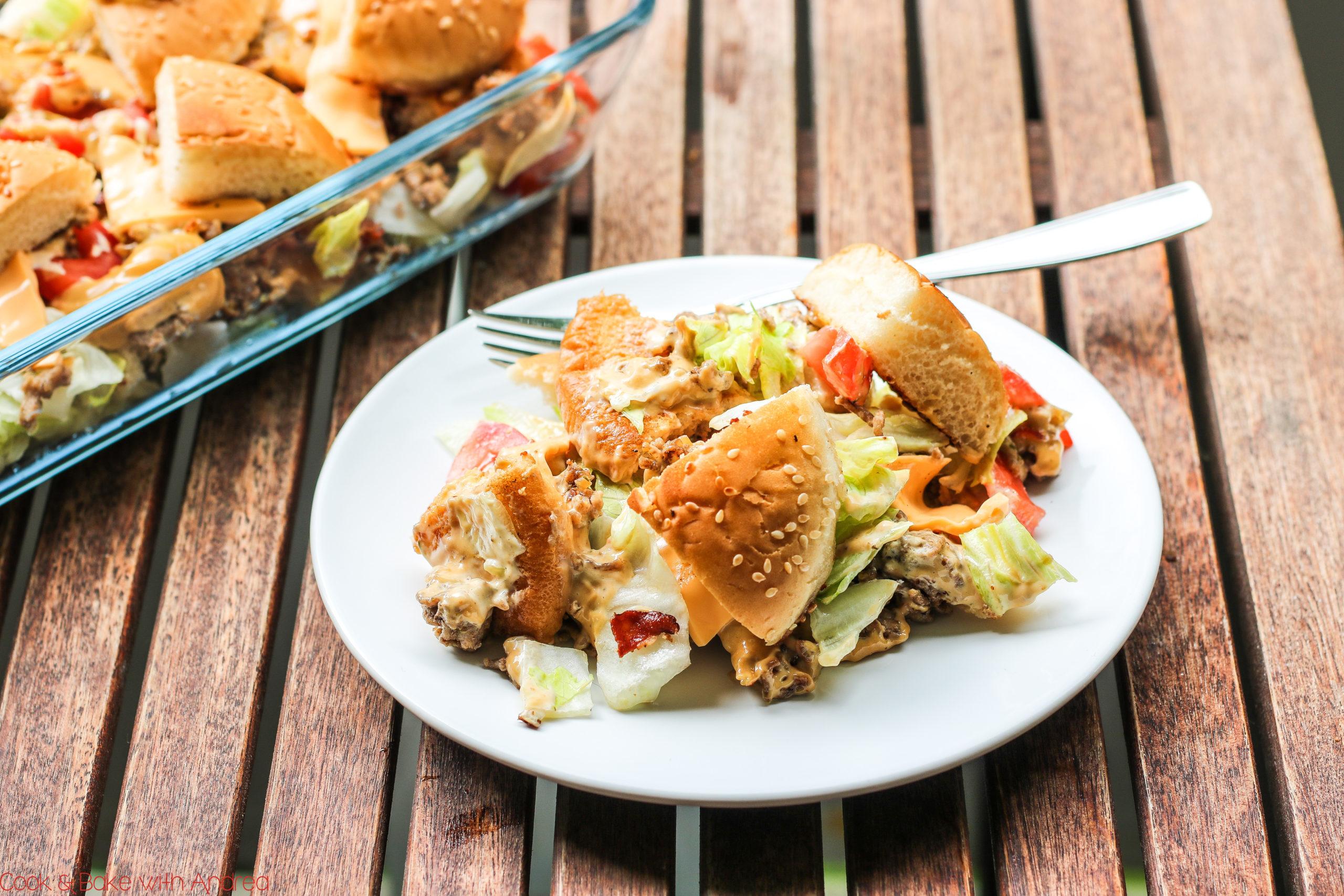 Manchmal darf es deftig und kalorienreich sein oder? Trotz allem gibt es heute kein klassisches Burgerrezept, sondern den bekannten Burger als Big Tasty Bacon Salat. Perfekt für jede Party oder Geburtstag, mit nachgeahmter Soße wie beim Original! Das ganze Rezept gibt es bei Cook and Bake with Andrea.