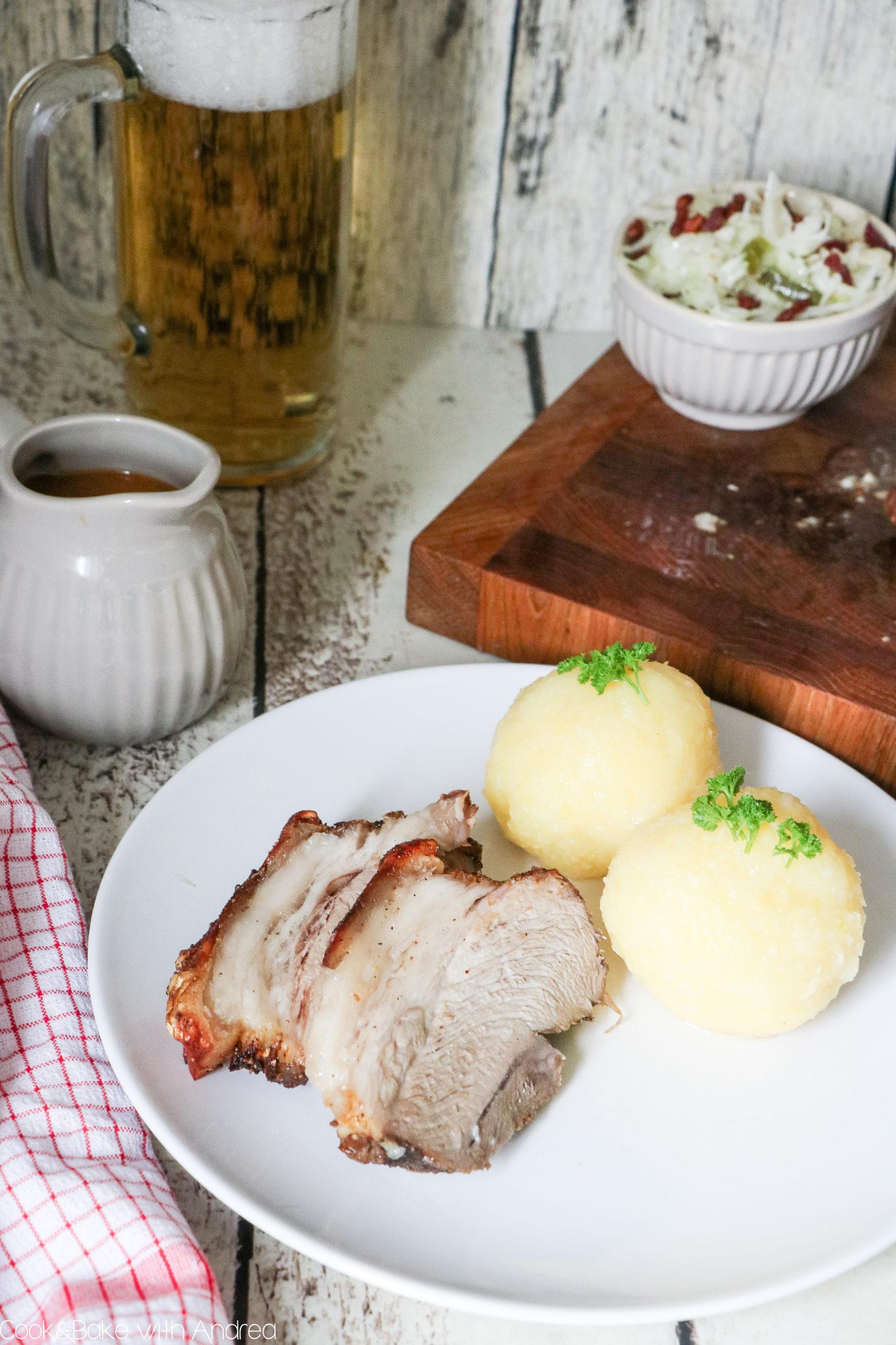 O´zapft is! Dieses Jahr leider nicht wie üblich auf dem Münchner Oktoberfest, sondern einfach zu Hause! Mit diesem selbstgemachten Schweinebraten mit rescher Krusten, Dunkelbiersoße, Kartoffelknödeln und Speck-Krautsalat holt ihr euch die Wiesn einfach nach Hause. Das traditionelle Rezept findet ihr bei Cook and Bake with Andrea.