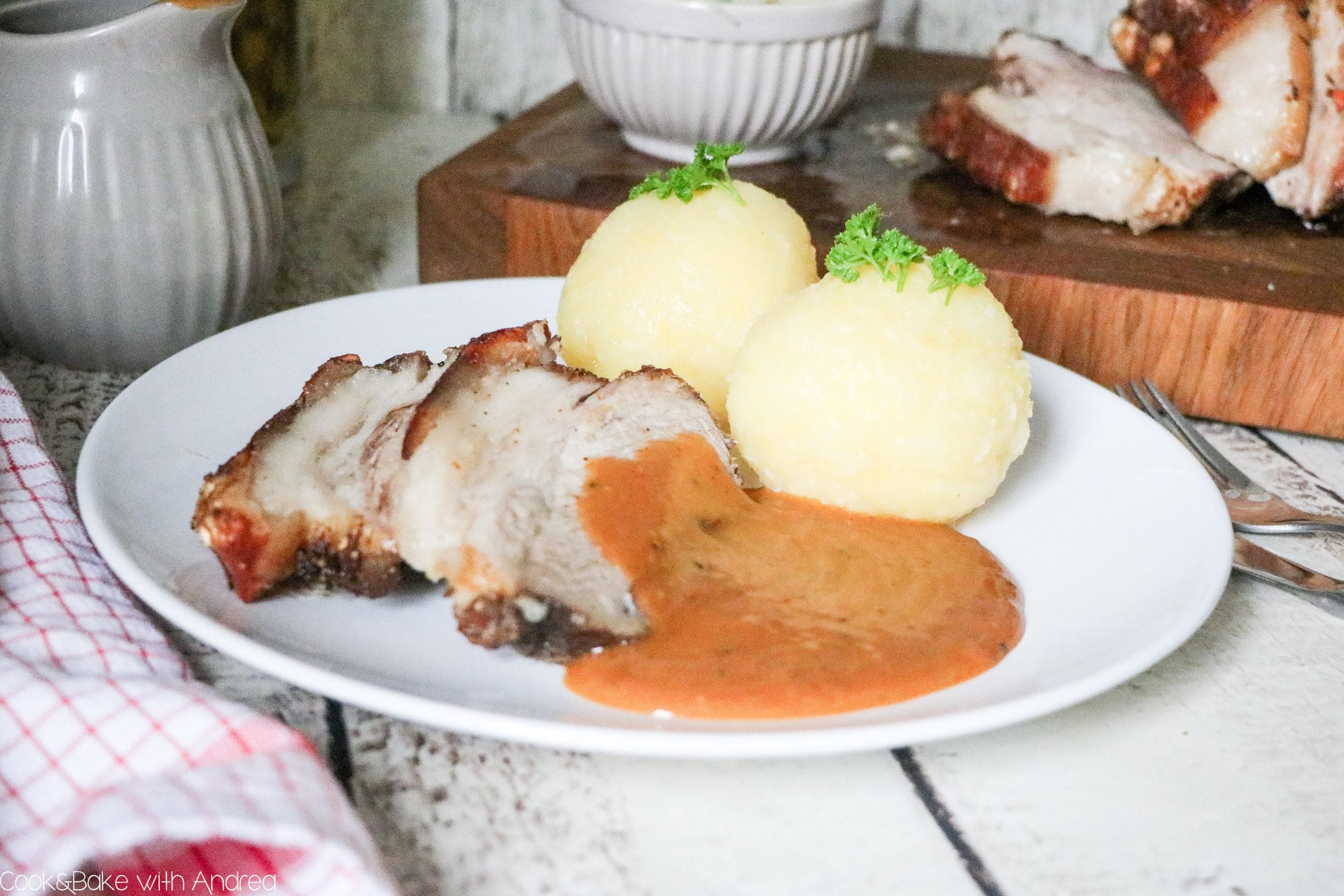 O´zapft is! Dieses Jahr leider nicht wie üblich auf dem Münchner Oktoberfest, sondern einfach zu Hause! Mit diesem selbstgemachten Schweinekrustenbraten mit Dunkelbiersoße, Kartoffelknödeln und Speck-Krautsalat holt ihr euch die Wiesn einfach nach Hause. Das traditionelle Rezept findet ihr bei Cook and Bake with Andrea.