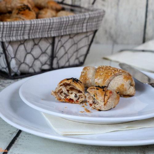 Perfekt als Mitbringsel, für das nächste Partybuffet oder einfach als Snack zwischendurch: meine gefüllten Hefehörnchen mit zwei verschiedenen Füllungen schmecken sicher jedermann! Das einfache Rezept findet ihr auf dem Foodblog von Cook and Bake with Andrea.