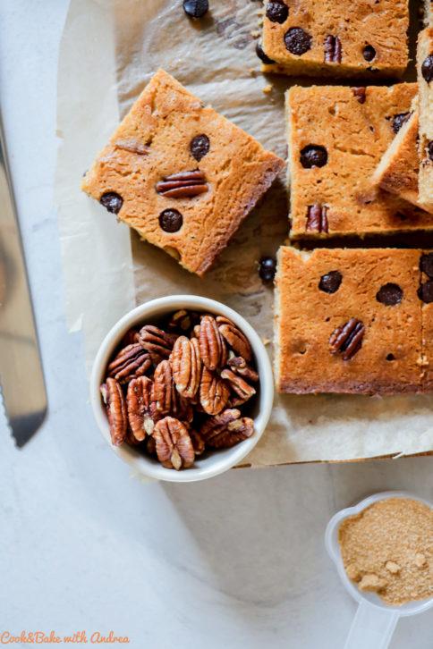Kennt ihr schon die helle Variante vom Brownie? Für alle, die fudgy Gebäck lieben, aber lieber weniger Schokoladengeschmack wollen sind meine saftigen Blondies mit Pekannuss genau das Richtige. Das einfache und schnelle Rezept findet ihr auf dem Foodblog von Cook and Bake with Andrea.