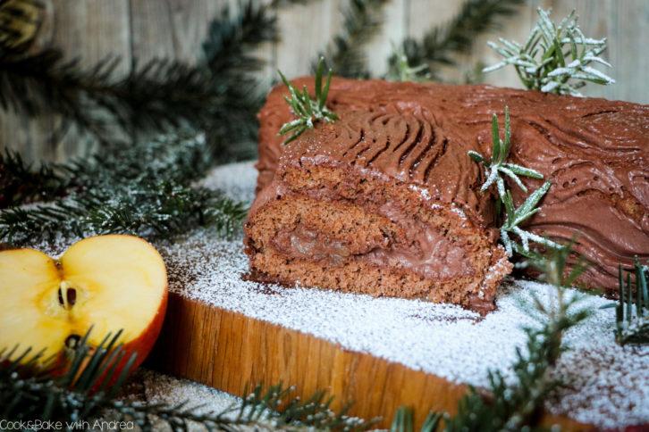 Auch wenn man es kaum glauben kann: Diese Schoko-Biskuitrolle mit Mousse au Chocolat und Bratapfel-Füllung steht in weniger als 1 Stunde auf dem Tisch und ist noch dazu ein echter Hingucker! Das Rezept für die aufgepimpte Bûche de Noël findet ihr auf dem Blog von Cook and Bake with Andrea.