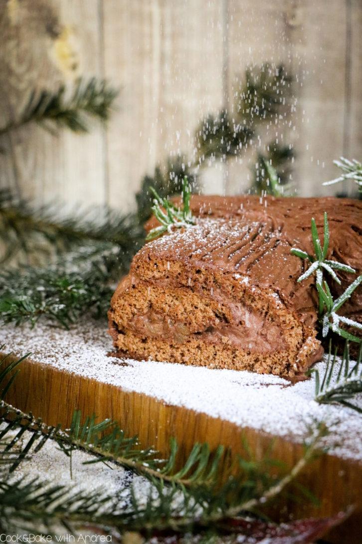 Auch wenn man es kaum glauben kann: Diese Lebkuchen-Biskuitrolle mit Mousse au Chocolat und Bratapfel-Füllung steht in weniger als 1 Stunde auf dem Tisch und ist noch dazu ein echter Hingucker! Das Rezept für die aufgepimpte Bûche de Noël findet ihr auf dem Blog von Cook and Bake with Andrea.