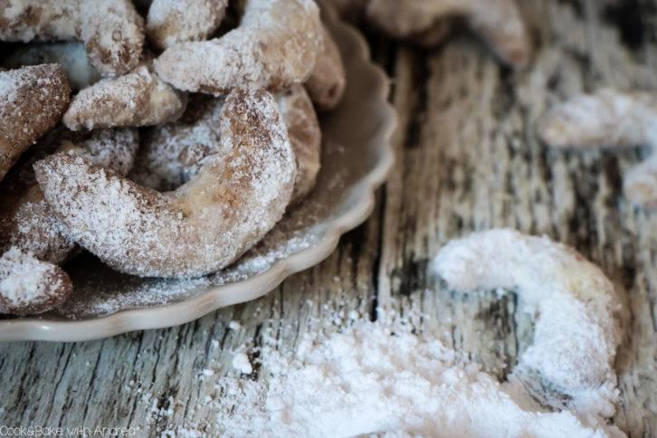 Es ist wieder soweit, die Plätzchenzeit hat begonnen! Und was darf auf dem Plätzchenteller nicht fehlen? Ganz genau: Omas leckere Vanillekipferl! Das gelingsichere Rezept findet ihr auf dem Foodlbog von Cook and Bake with Andrea.