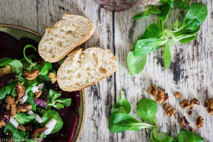 Als vegetarische Variante des klassischen Carpaccios kennt sicher jeder das Rote Bete Carpaccio. Vor allem im Herbst und Winter finde ich es ein tolles leichtes Abendessen oder grandiose Vorspeise. Das einfache vegetarische Rezept findet ihr bei Cook and Bake with Andrea.