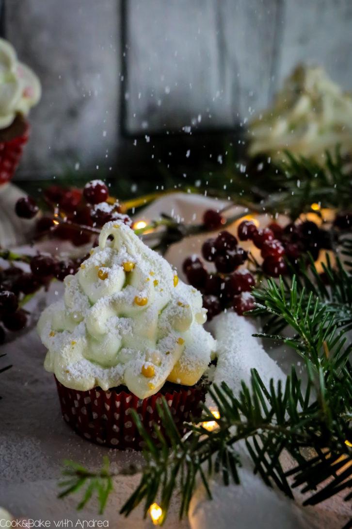 Seit Anfang November Vorweihnachtszeit. Deswegen habe ich schon früh mit der Weihnachtsbäckerei angefangen und diese leckeren Schoko-Lebkuchen Cupcakes mit Baiser-Tannenbaum gebacken. Das einfache vegane Muffinrezept findet ihr auf dem Foodblog von Cook and Bake with Andrea.