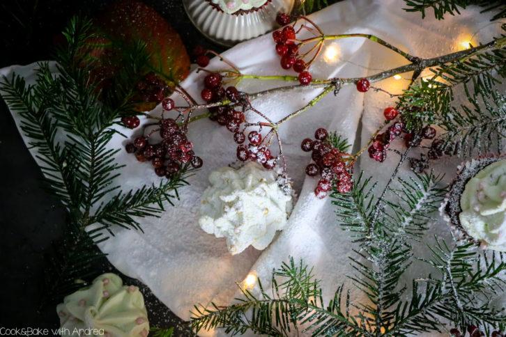 Seit Anfang November Vorweihnachtszeit. Deswegen habe ich schon früh mit der Weihnachtsbäckerei angefangen und diese leckeren Weihnachtsbaum-Cupcakes mit Baiser-Tannenbaum gebacken. Das einfache vegane Muffinrezept findet ihr auf dem Foodblog von Cook and Bake with Andrea.