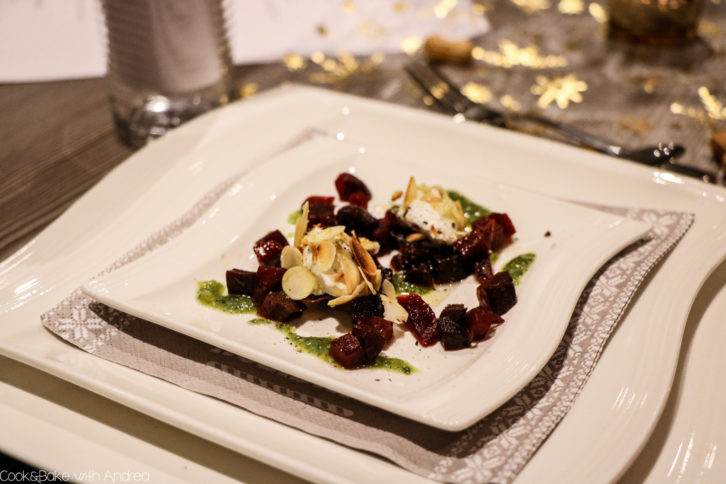 Es ist bald so weit! Weihnachten steht vor der Tür. Wer mich kennt, weiß, dass es seit inzwischen 10 Jahren ein Mehrgängemenü an Heiligabend gibt, das ich für meine Familie und mich zubereite. Vor drei Jahren gab es als Gruß aus der Küche Ziegenfrischkäsenocken auf Rote-Bete-Salat. Das schnelle Rezept findet ihr auf dem Foodblog von Cook and Bake with Andrea.