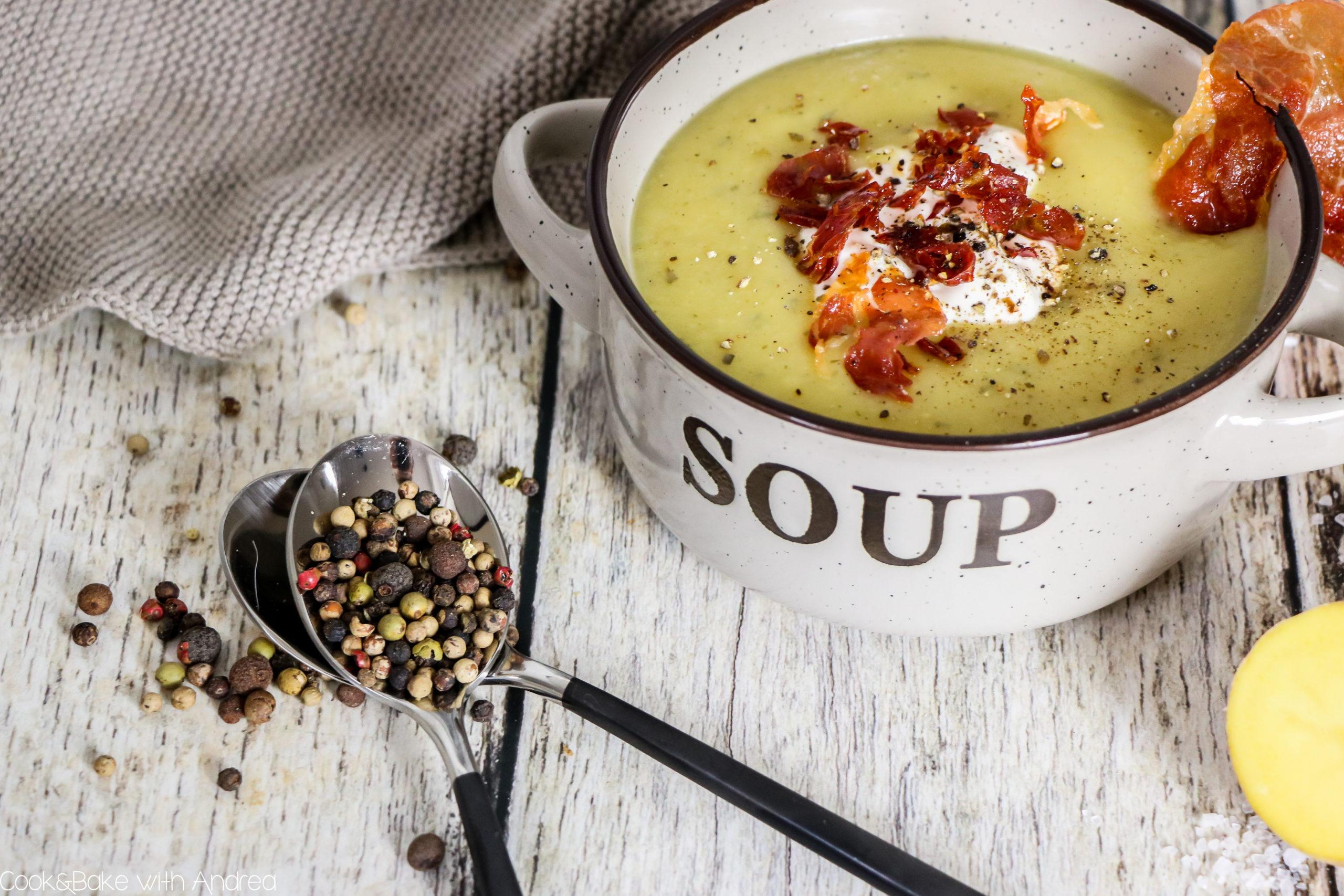 Ein wärmendes Süppchen ist ein Muss an kalten Wintertagen. Meine Pastinaken-Kartoffel-Suppe mit Serrano Schinken Chip ist da genau die richtige Wahl. Das einfache Rezept passend zu Weihnachten gibt´s auf dem Blog von Cook and Bake with Andrea.