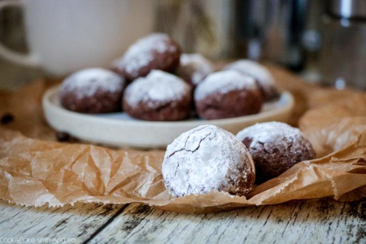 Was, wenn nicht Weihnachten ist und man Lust auf Plätzchen hat? Genau, man nennt es Keks! Also egal ob zu Weihnachten oder einfach so unterm Jahr, meine Kaffee-Schoko-Kekse passen zu jeder Gelegenheit. Das Rezept gibt´s bei Cook and Bake with Andrea.