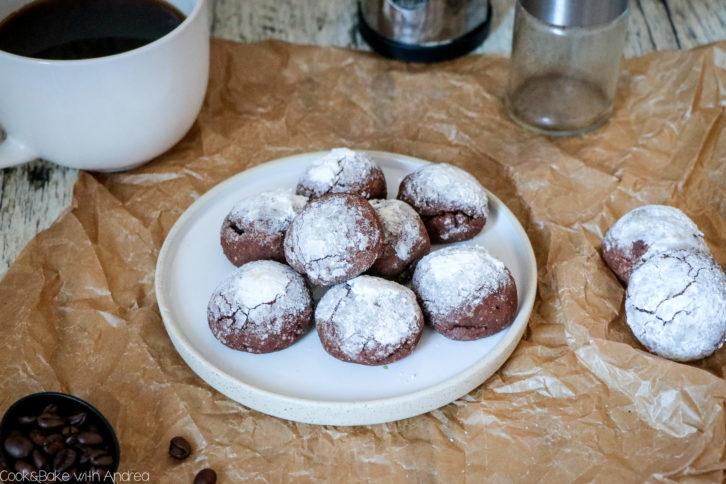 Was, wenn nicht Weihnachten ist und man Lust auf Plätzchen hat? Genau, man nennt es Keks! Also egal ob zu Weihnachten oder einfach so unterm Jahr, meine Schoko-Kaffee-Kekse passen zu jeder Gelegenheit. Das Rezept gibt´s bei Cook and Bake with Andrea.